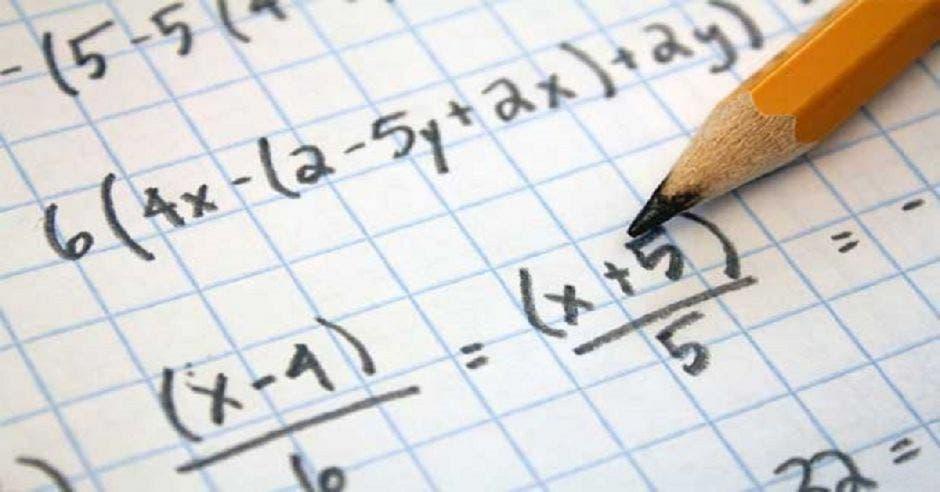 Un cuaderno con operaciones matemáticas y un lápiz