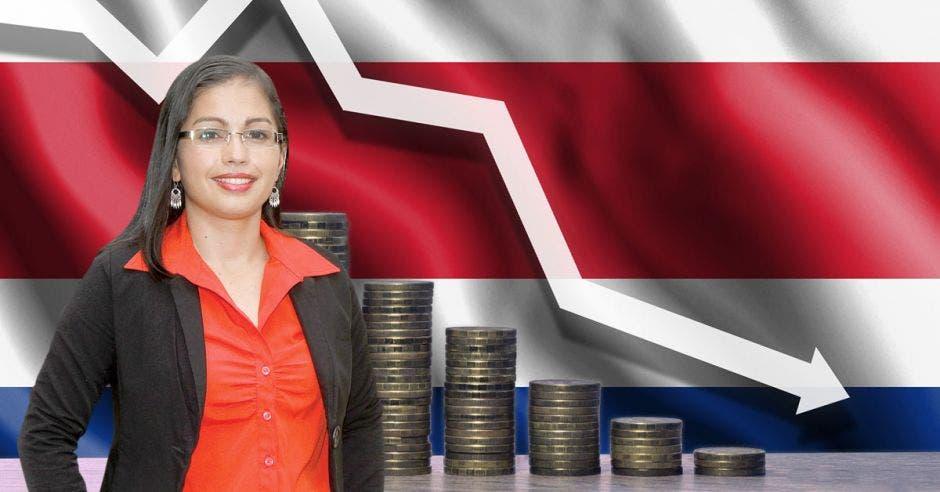 Mujer frente a bandera de Costa Rica y monedas cayendo