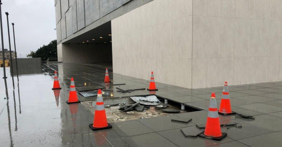 El daño hecho por un vehículo a la entrada del nuevo edificio. Foto tomada del twitter de Óscar Ulloa/La República.
