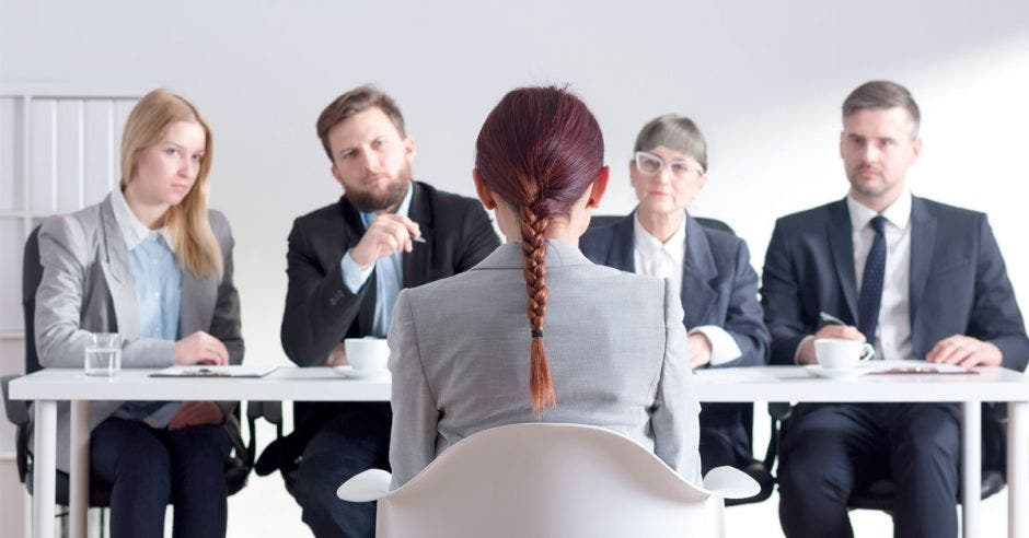 señora sentada de espaldas viendo a otras personas