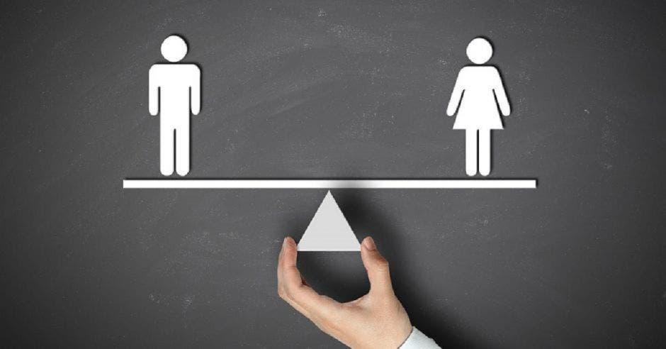 Un ícono de hombre y mujer balanceados por una mano