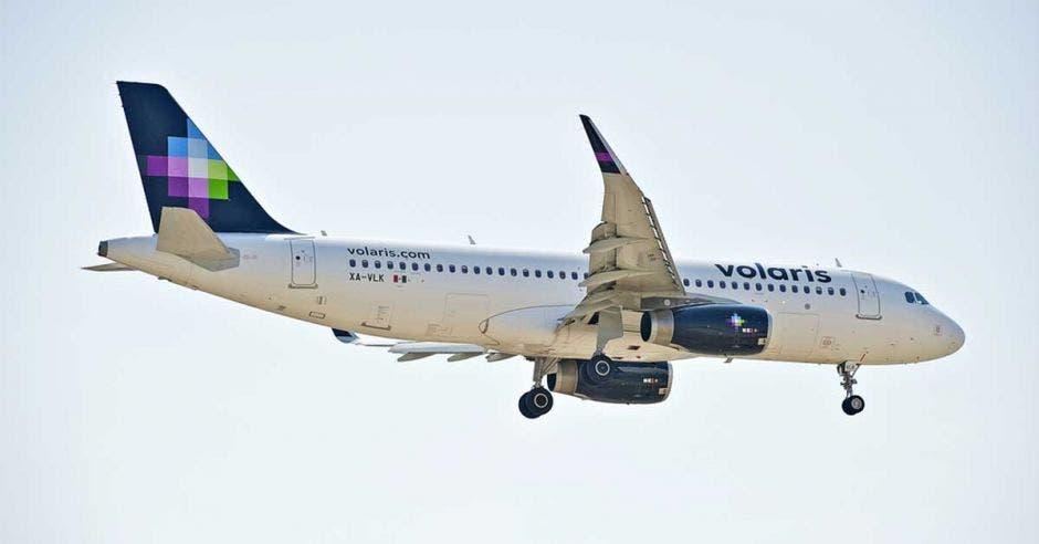 Un avión blanco con las palabra volaris escrita en el fuselaje