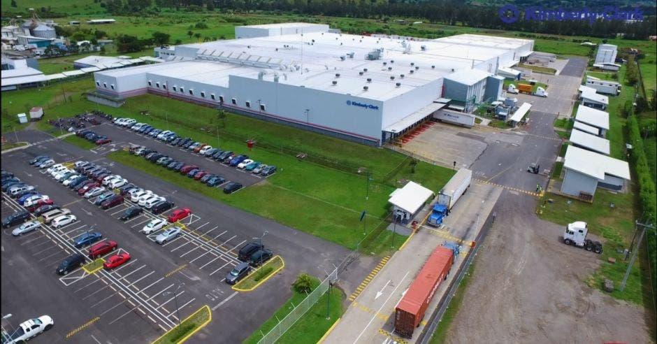 vista aérea de una planta de procesamiento de plásticos