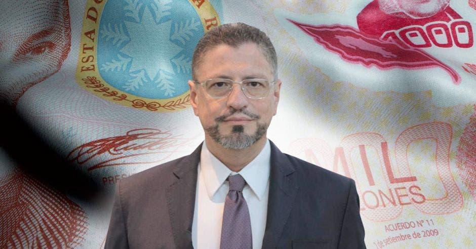 Rodrigo Chaves frente a billete
