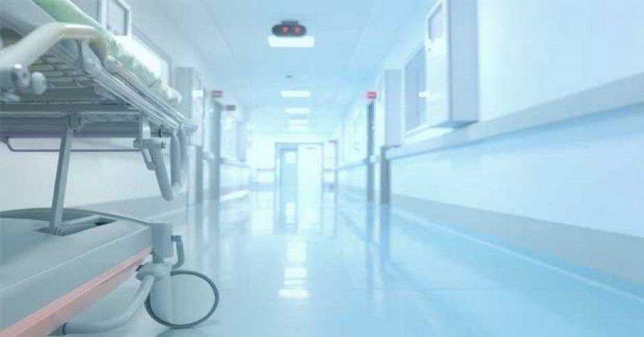 Un pasillo de un hospital y una camilla