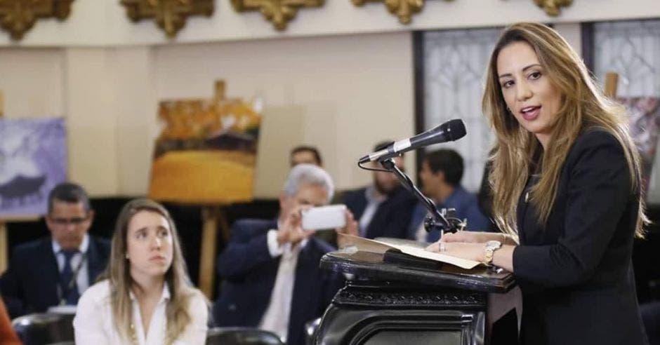 una mujer habla frente al micrófono en el Plenario