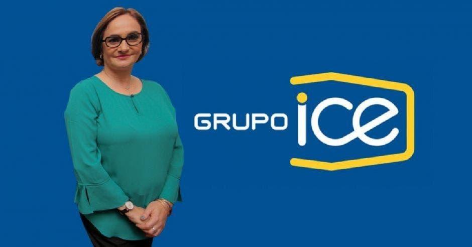 una mujer de blusa turquesa junto al logo de grupo ICE