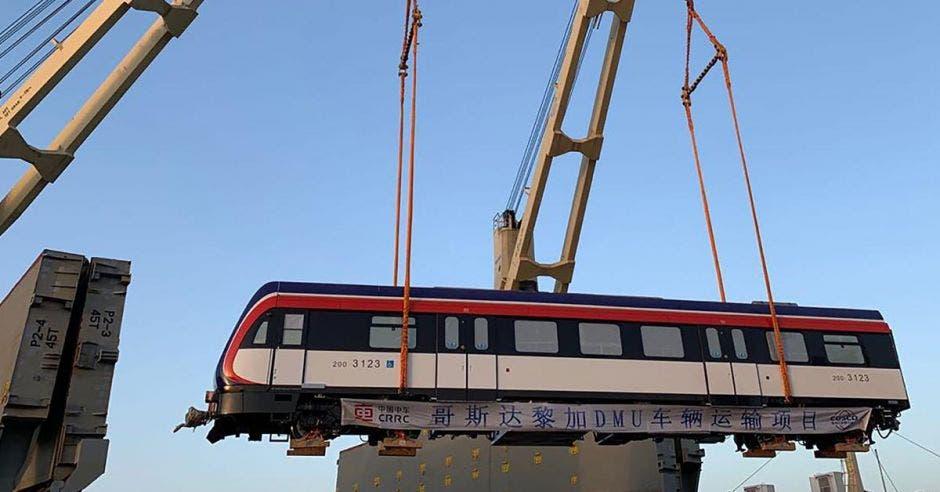Trenes cuando eran embarcados por las grúas en el puerto de China