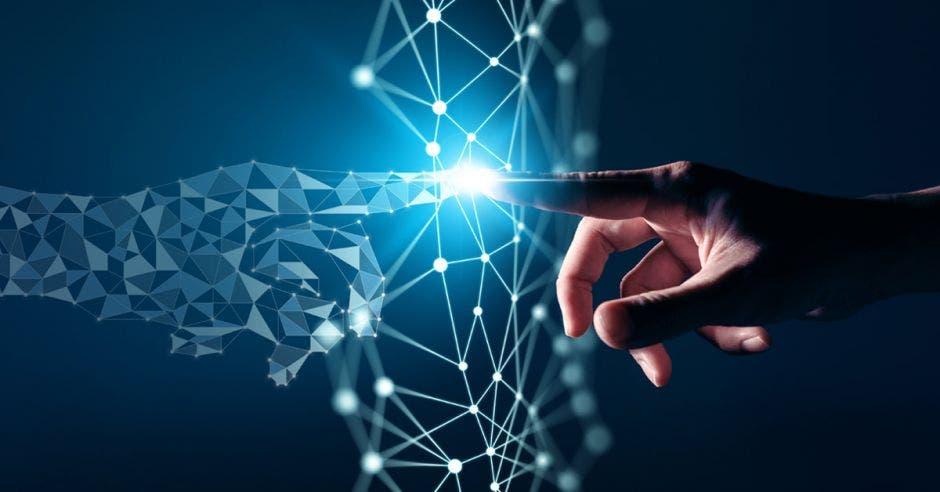 dedo apuntando a su reflejo en una red tecnológica