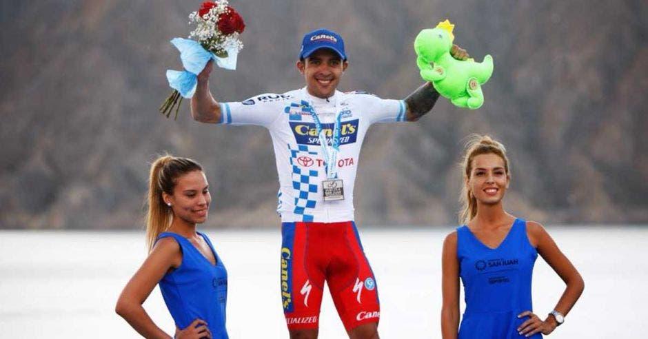 Hombre celebrando triunfo en ciclismo