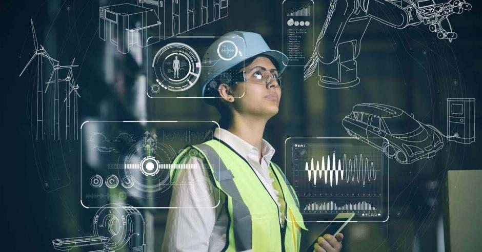 ingeniero con casco y lentes viendo un panel