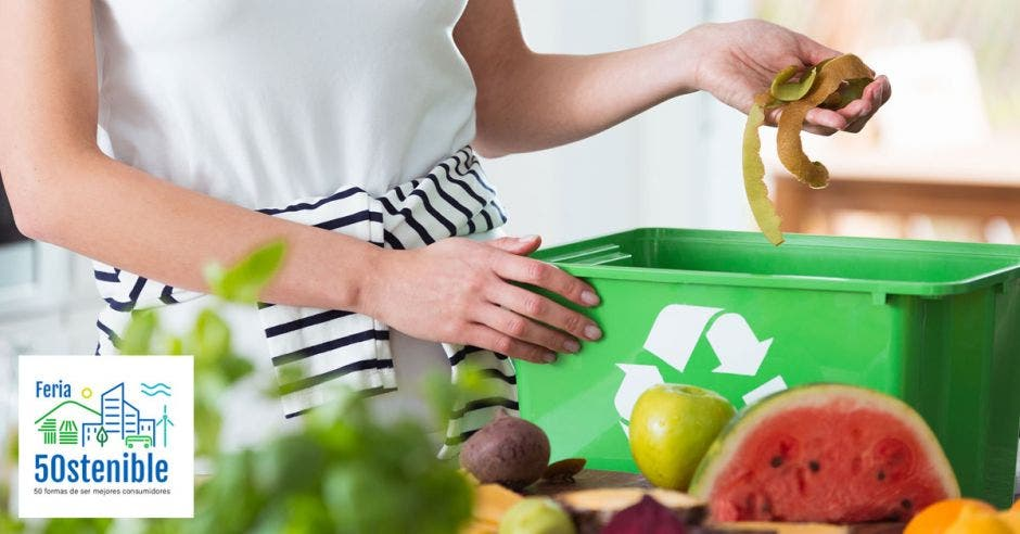 una mujer deposita desechos en una caja de compost