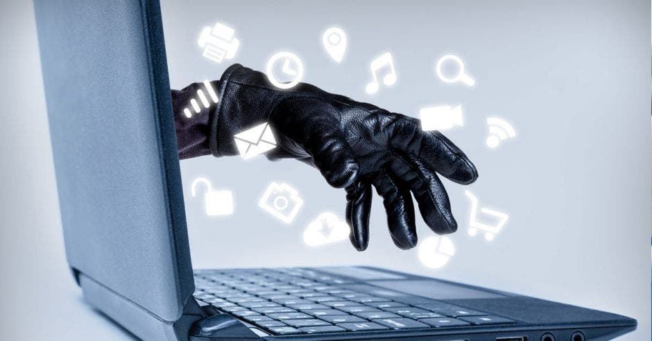 Guante saliendo de laptop