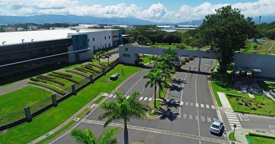 un parque empresarial con amplio parqueo y zona verde