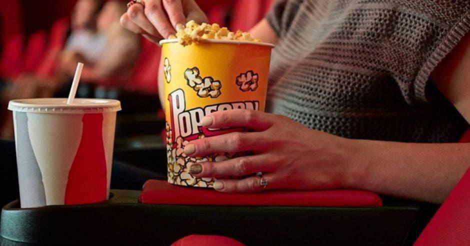 Persona en el cine comiendo palomitas