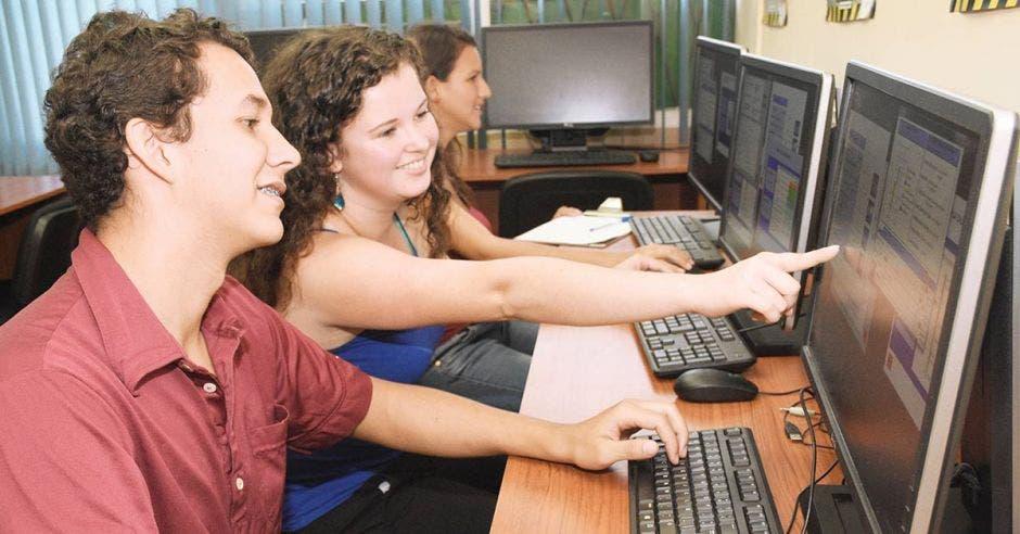 un par de estudiantes manipulan una computadora