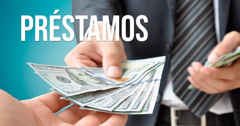 Billetes de dólar siendo dados por un ejecutivo a mano de otra persona