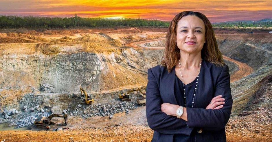 una mujer de blaser azul sobre un fondo de minería