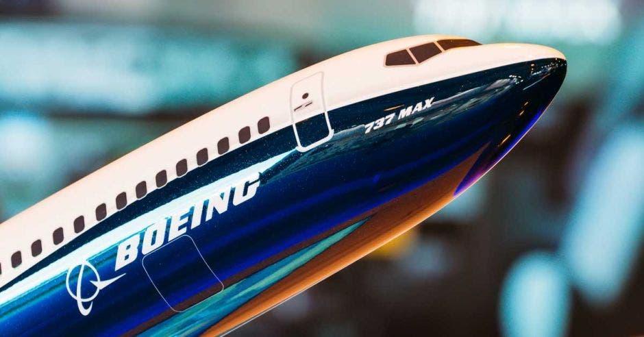un avión con una mitad blanca y la otra azul