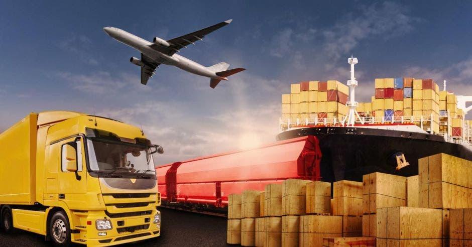 un autobus amarillo, un avión y un barco con carga