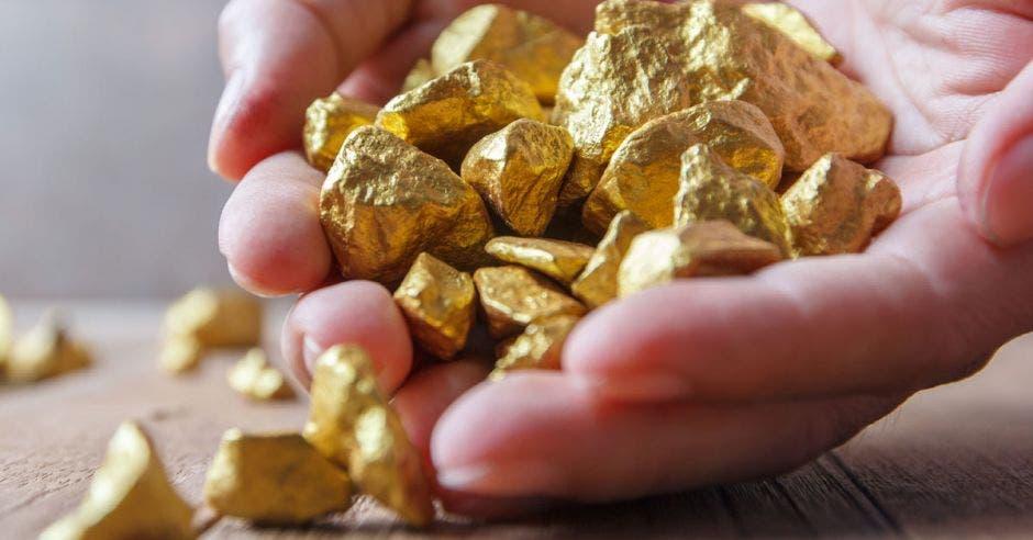 oro en las manos de una persona