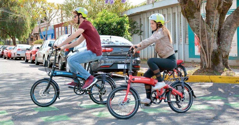 Un joven y una joven andando en bicicleta