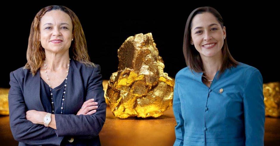 dos mujeres de saco frente a una pepita de oro