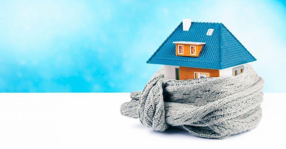Una casa y una bufanda cubriéndola