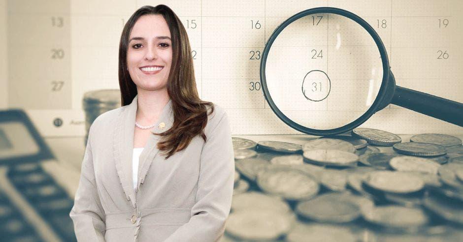 Mujer frente a lupa y monedas