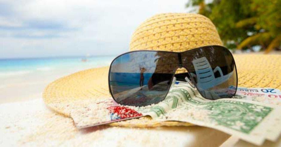 Gafas de sol y sombrero en la playa