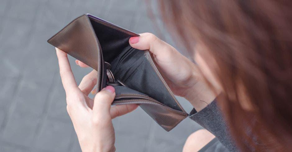 Mujer con billetera vacía