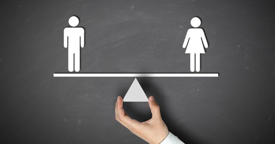 señales de hombre y mujer en equilibrio sobre una balanza