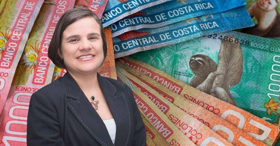 Lupita Quintero y unos billetes.