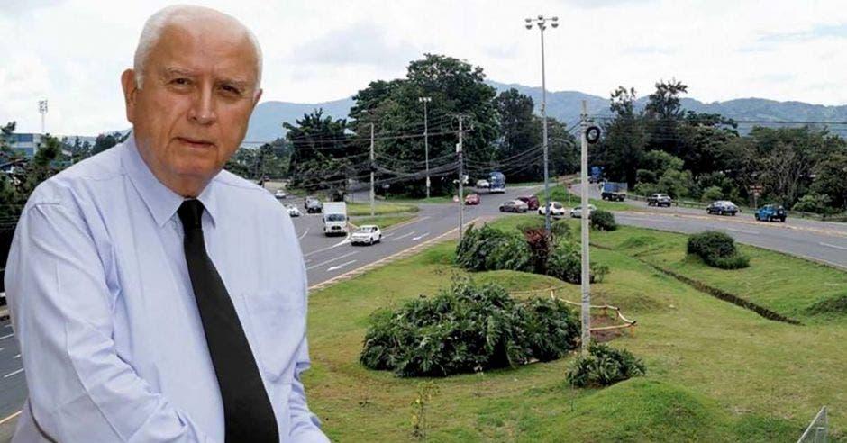 Rodolfo Méndez, ministro de Obras Públicas con la intersección de La Galera de fondo.