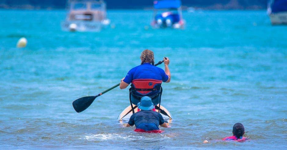 Persona con discapacidad surfeando en playa Hermosa, Garabito