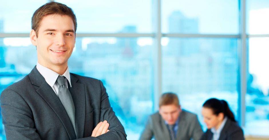un hombre de saco y corbata sonríe