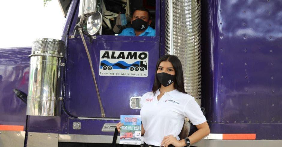 mujer y camionero