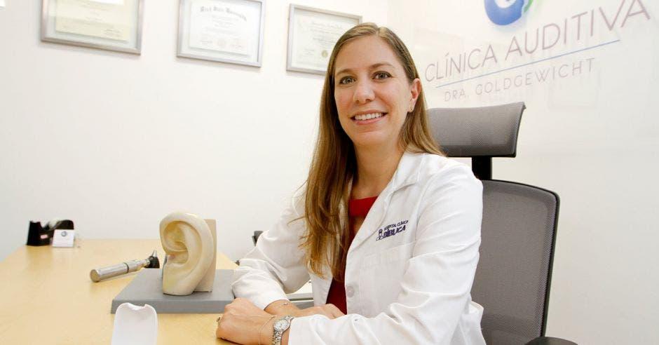 Natalie Goldgewicht, audióloga del Hospital Clínica Bíblica en su consultorio
