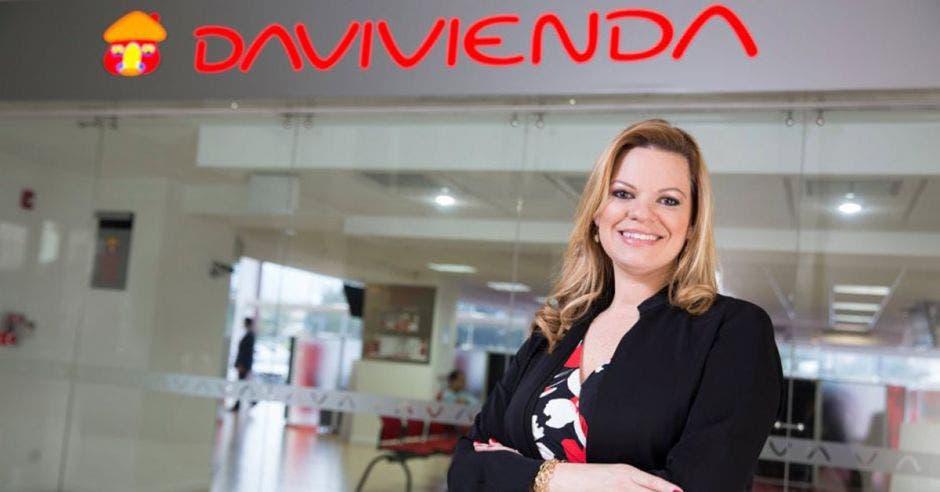 Mujer frente a logo de Davivienda