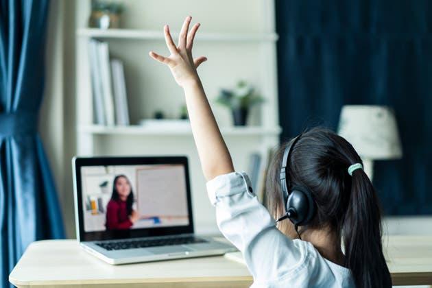 Una niña estudia con su computadora desde casa