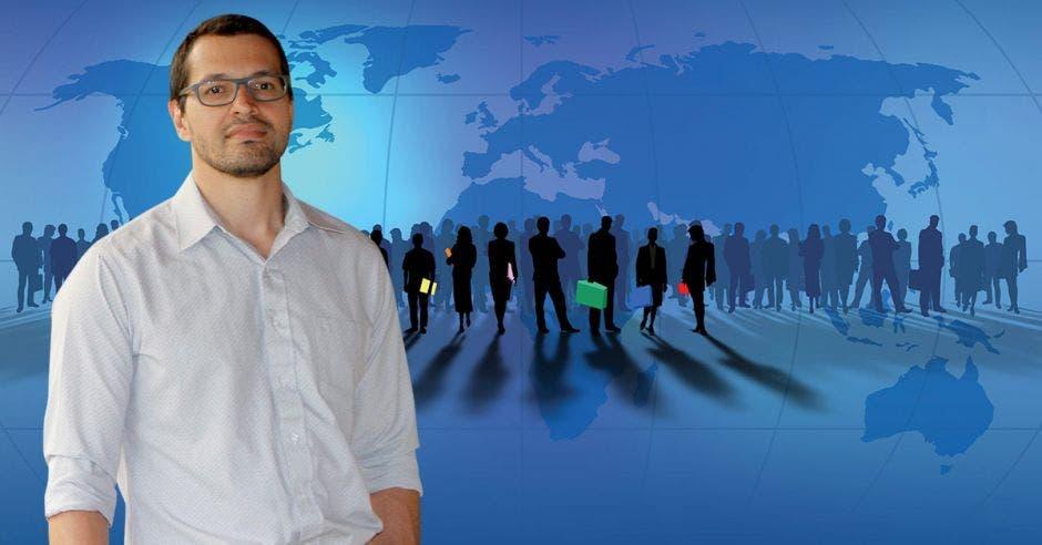 Hombre de anteojos frente a grupo de personas