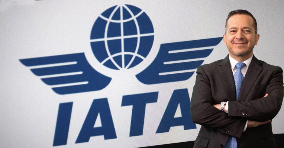 Un hombre de traje y corbata sobre el logo de la IATA