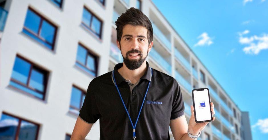 Alfonso González, director comercial de Concasa con una torre de apartamento a su espalda