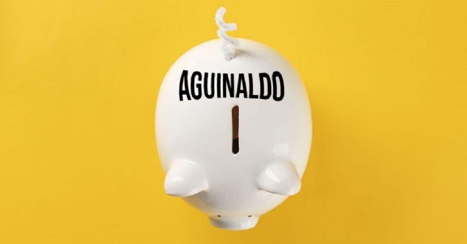 Una alcancía de un cerdo que dice AGUINALDO