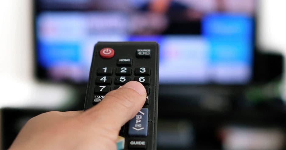 Persona viendo TV pagada