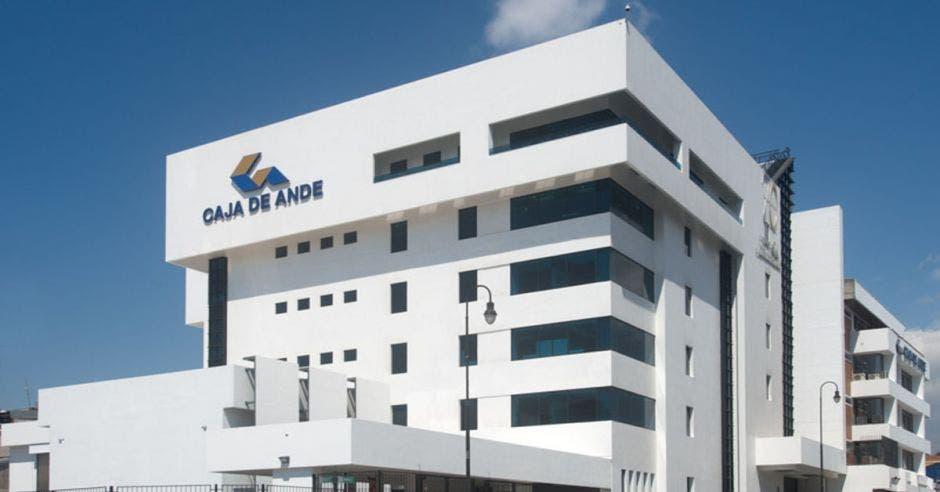 Un edificio grande de color blanco