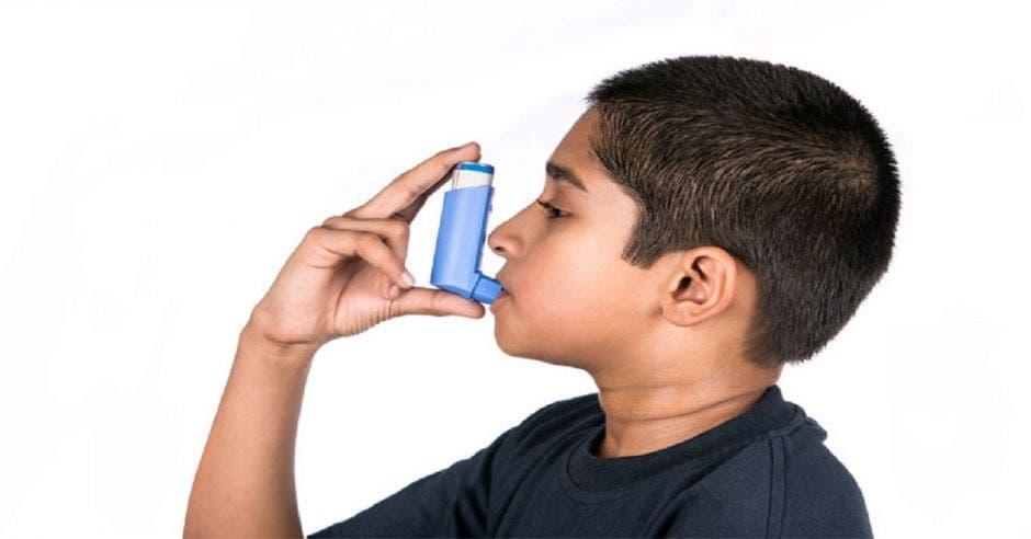Un niño con un bronco aspirador