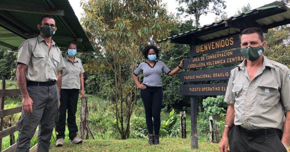 un grupo de personas junto a un letrero que dice Parque Nacional Braulio Carrillo