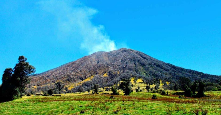 un volcán humeante