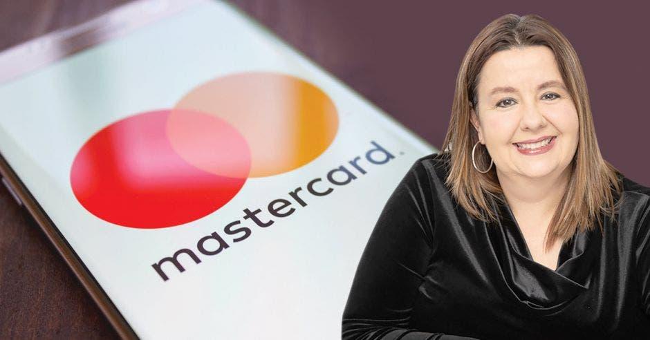 Mujer de negro frente a celular que dice Mastercard